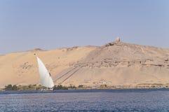 Barco de navegación y tumbas de los nobles fotografía de archivo libre de regalías