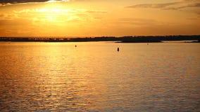 Barco de navegaci?n en el mar en la puesta del sol almacen de video