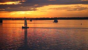 Barco de navegaci?n en el mar en la puesta del sol almacen de metraje de vídeo