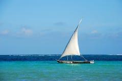 Barco de navegación de madera en el mar Imagenes de archivo