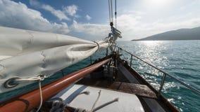 Barco de navegación en el viento Foto de archivo libre de regalías