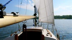 Barco de navigação com as velas brancas no rio vídeos de arquivo