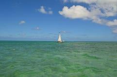 Barco de navigação com Crystal Clear Caribbean Waters Imagem de Stock