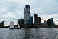 Barco de navigação contra a skyline de New-jersey fotos de stock
