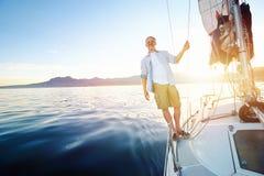 Barco de navigação do nascer do sol imagem de stock