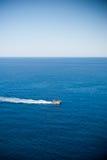 Barco de navigação do turista no mar Fotografia de Stock Royalty Free