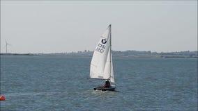 Barco de navigação do 'yachtsman' no oceano de kent vídeos de arquivo