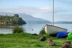 Barco de navigação e caiaque no lago Tarawera, Nova Zelândia fotos de stock royalty free