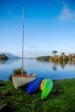 Barco de navigação e caiaque no lago Tarawera, Nova Zelândia norte imagens de stock