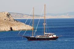 Barco de navigação em Grécia Foto de Stock