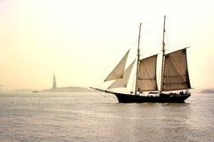 Barco de navigação histórico velho que passa pela senhora Liberty Statue imagem de stock royalty free