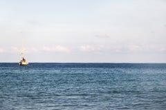 Barco de navigação na âncora Fotografia de Stock Royalty Free