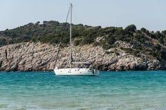Barco de navigação na baía imagem de stock
