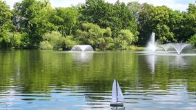 Barco de navigação na lagoa video estoque