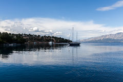 Barco de navigação na lagoa azul bonita imagem de stock