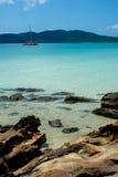 Barco de navigação na praia fotografia de stock