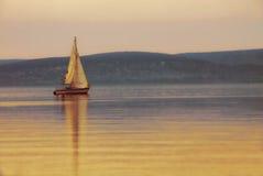 Barco de navigação no lago no por do sol Imagens de Stock