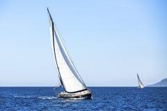 Barco de navigação no mar Fileiras de iate luxuosos na doca do porto esporte fotos de stock