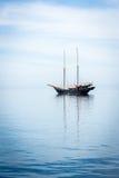 Barco de navigação no oceano Fotos de Stock Royalty Free