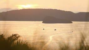Barco de navigação no por do sol filme