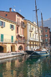 Barco de navigação no porto de Malcesine Fotos de Stock Royalty Free