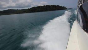 Barco de navigação no vento através das ondas, navigação no vento com barco da velocidade à velocidade máxima quando o mar passar video estoque