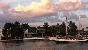 Barco de navigação que cruza em Mami Bayside em arquiteturas da cidade dos EUA do por do sol vídeos de arquivo