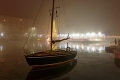Barco de navigação velho no enbakment no tempo do Xmas, Milão de Darsena, Itália Imagens de Stock Royalty Free