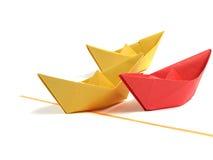 Barco de Origami sobre o branco foto de stock royalty free