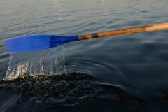 Barco de p? com ?gua de fluxo foto de stock royalty free