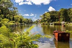 Barco de paleta en el lago negro de la ciudad de Gramado, Río Grande del Sur - el Brasil, en un día soleado con el cielo con las  imágenes de archivo libres de regalías