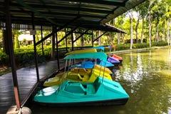 Barco de paleta en el río imagenes de archivo