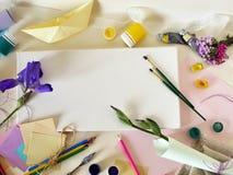 Barco de papel, papel coloreado, cepillos y lona para la inspiración y la creatividad imagen de archivo