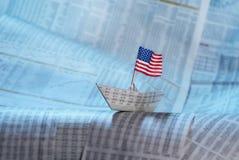 Barco de papel com bandeira dos E.U. Fotografia de Stock