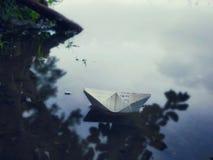 Barco de papel da natureza no ofício da arte do lago feito à mão imagem de stock royalty free