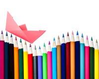 Barco de papel em uma disposição de lápis da cor Fotografia de Stock