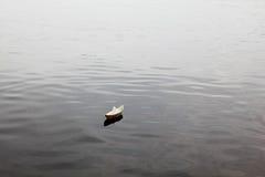 Barco de papel en el lago Imágenes de archivo libres de regalías
