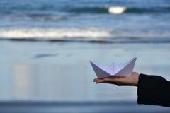 Barco de papel en la playa Imágenes de archivo libres de regalías