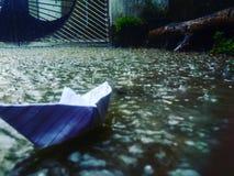 Barco de papel en lluvia Foto de archivo libre de regalías