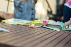 Barco de papel en una tabla de madera, barco anaranjado imágenes de archivo libres de regalías