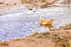 Barco de papel na água, barcos de papel Imagem de Stock