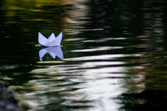Barco de papel que flutua no rio Imagem de Stock Royalty Free