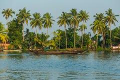 Barco de pasajero colorido en los remansos de Kerala de la India del sur durante el día Fotografía de archivo