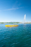 Barco de pasajero de Mouette de la fuente de agua de Ginebra Fotografía de archivo libre de regalías