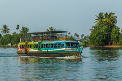 Barco de pasajero en los remansos de Kerala de la India del sur Imagen de archivo libre de regalías