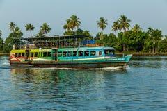 Barco de pasajero en los remansos de Kerala de la India del sur Imagenes de archivo