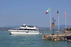Barco de pasajero grande, Sirmione en el lago Garda Italia Foto de archivo