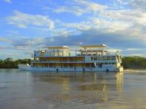 Barco de pasajero que cruza el río el Amazonas foto de archivo libre de regalías