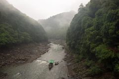 Barco de pasajero que navega abajo de Katsura River Imagen de archivo libre de regalías