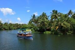 Barco de pasajero que transporta a pasajeros en el lago Ashtamudi Fotografía de archivo libre de regalías